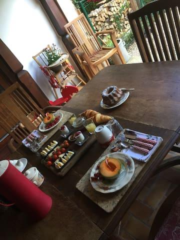 Petit-déjeuner servis sur la terrasse commune pour un peu plus de partage.