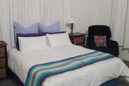 Johannesburg Country Cottage with Garden Setting!! - Roodepoort - 아파트