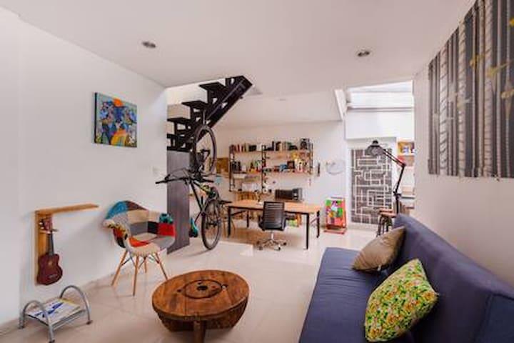 Habitación c/baño privado en acogedor Atelier