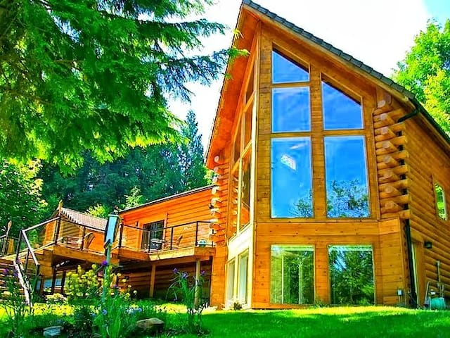5-Star Waterfront Log Home w/180° Views