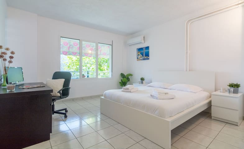 """Little Oasis""apt in Glyfada,10 min from the beach"