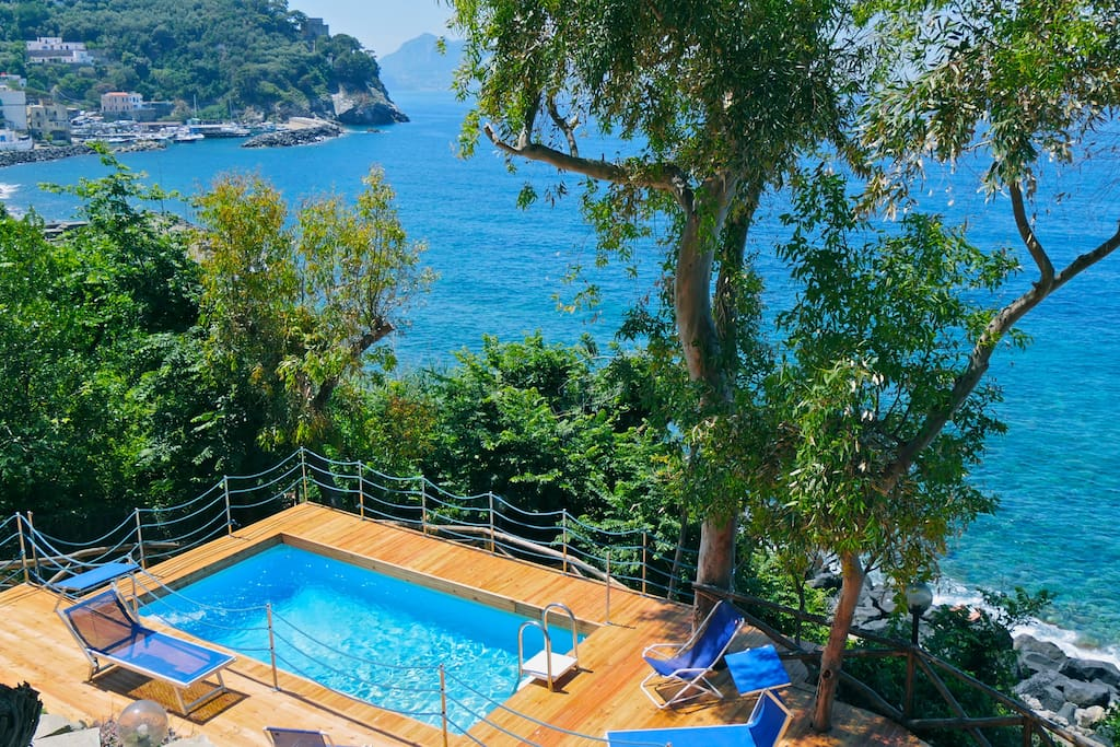 the swimming pool is close to the sea and with Capri view
