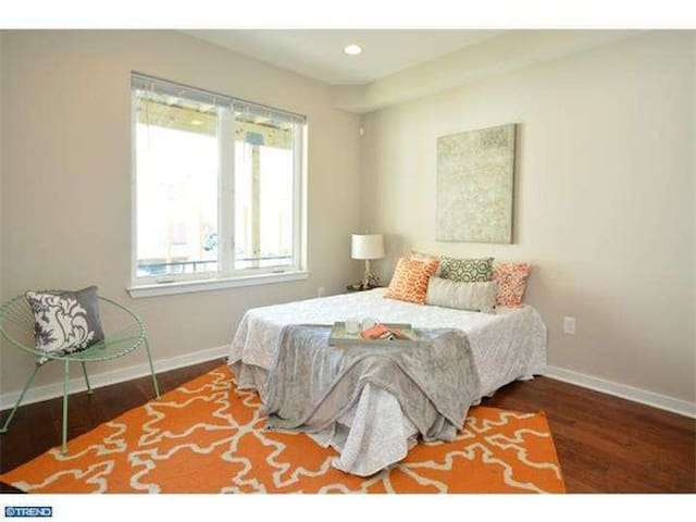19147 - Entire 1st Floor Private Bed/BR + Xtra Rm