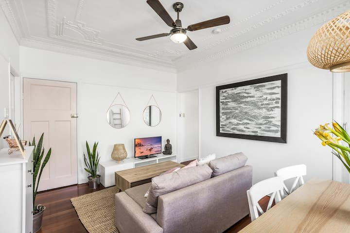 Clean, Cosy & Quiet Lounge. 2km CBD. Females only