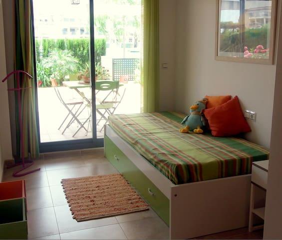 Habitación individual con cama supletoria y salida directa a la terraza