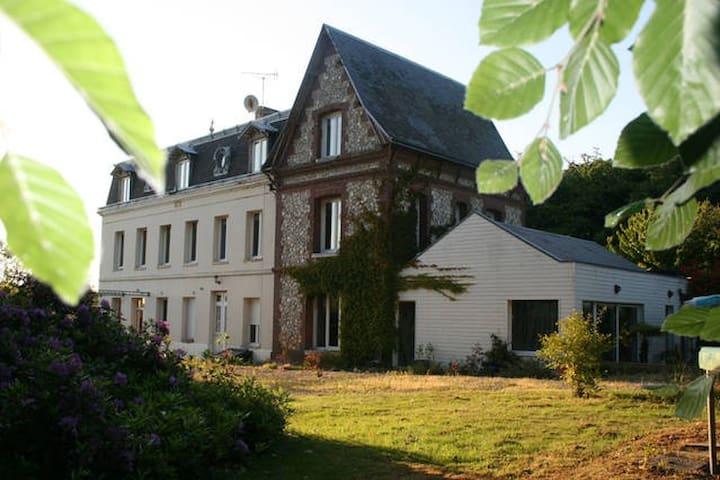Chambre dans jolie maison d'hôte logement entier - Saint-Laurent-de-Brèvedent - บ้าน