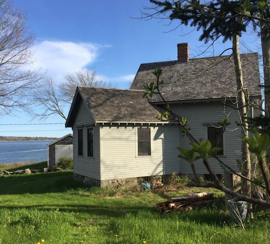 Hattie's Oceanside Quarry Cottage, in Round Pond