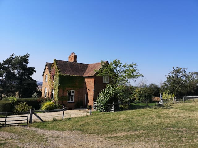 Muntjac Cottage in Cotswolds with stunning views