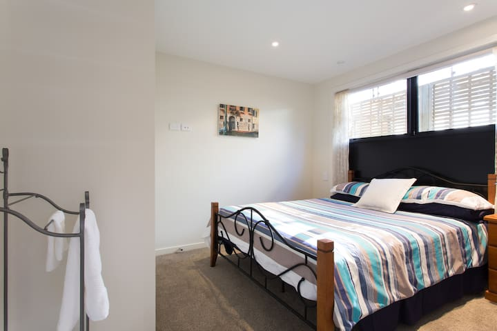 Modern upmarket flat, sunny, no cleaning fee