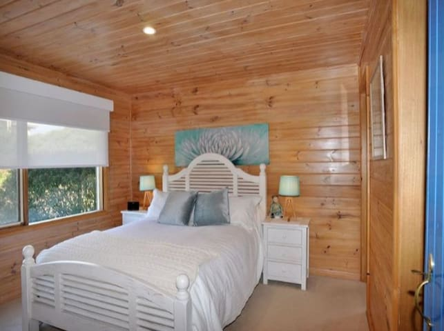 Bedroom No 1 - Queen Bed