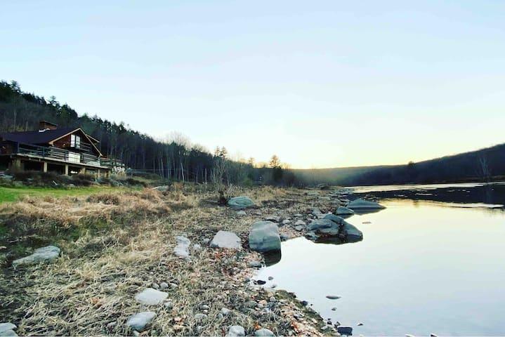 PURE MAGIC River Views, Sauna, Cozy Fire,  stylish