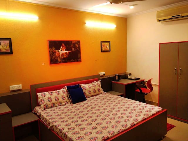 Deluxe King Room- Hauz Khas Village within 500m