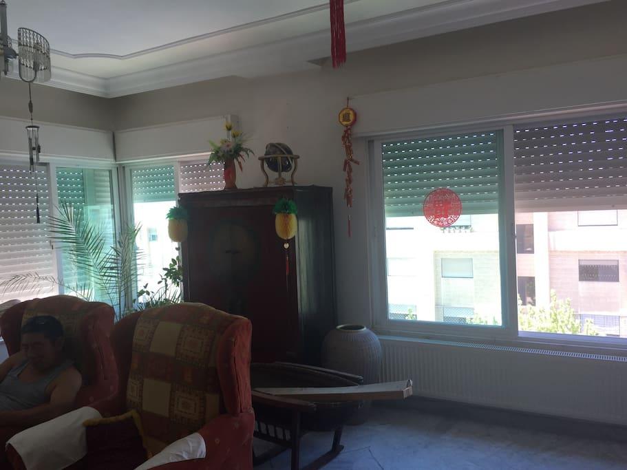 四个窗户的大客厅