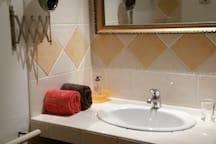 Coin salle d'eau attenante à la chambre.