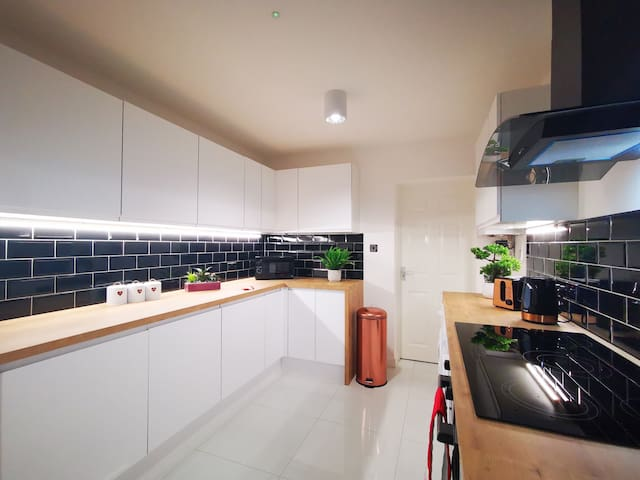 Modern Spacious 4 Bed House | Free Parking