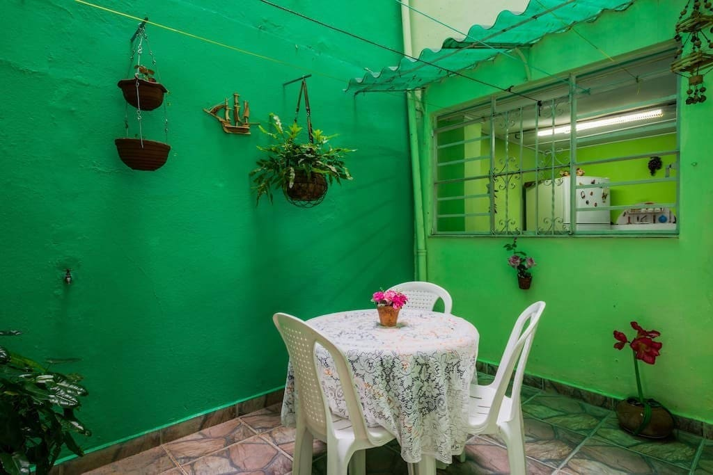 Terraza interior donde recibe el Coctel de bienvenida, excelente para compartir con sus amigos y otros huéspedes si así lo desea.