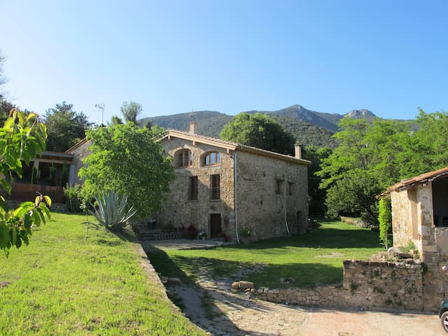 Beautiful stone farmhouse ideal for 2 to 9 guests - Sales de Llierca - Hus
