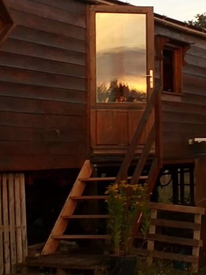 roulotte avec terrasse en campagne