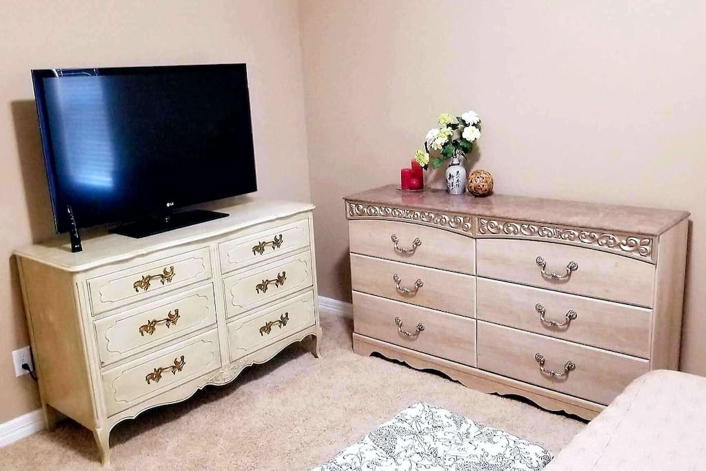 Lots of drawer space (and walk in closet). 4k smart TV with Netflix. 1000 mbps wifi.