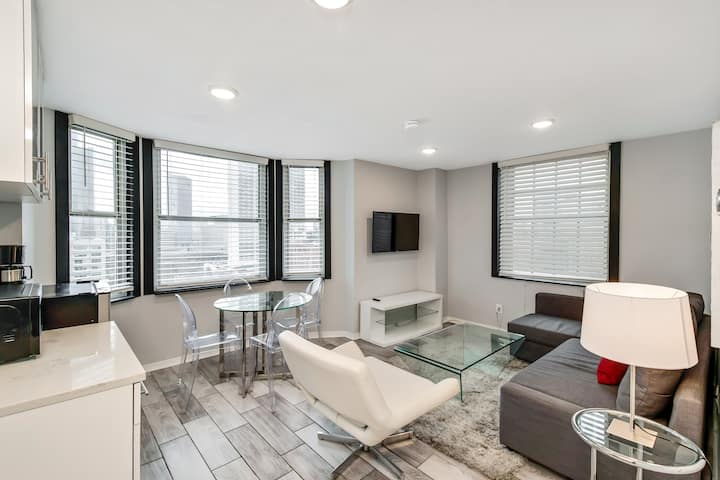 Stylish 1BD next to Rittenhouse with skyline views