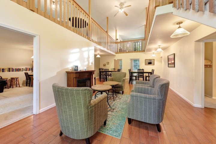 Enormous, family-friendly house w/ private hot tub & game room - dogs ok!