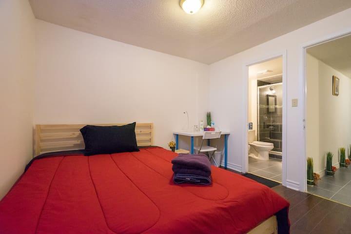 Private Room & Private Bathroom, 24 hr Bus Stop - Markham - Maison