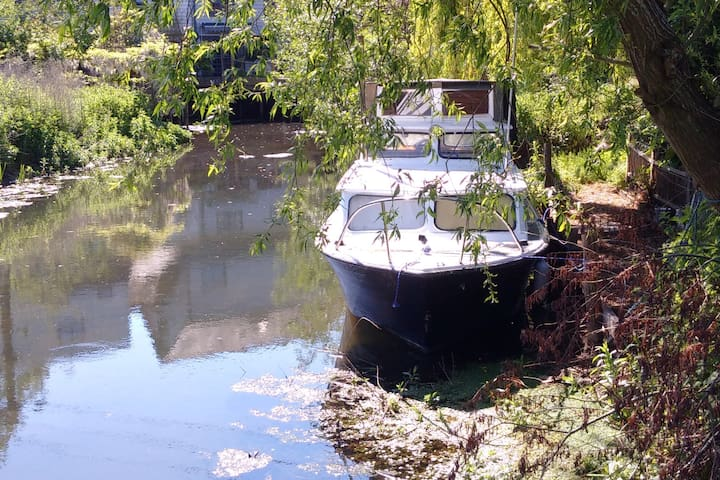 'Clarabella' - peaceful river escape for two & dog