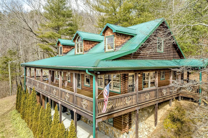 Deluxe Cabin w/ Free WiFi, Central A/C, & a Wood-Burning Fireplace!