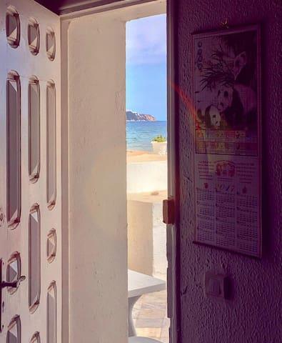 C est la porte de la maison après la terrasse