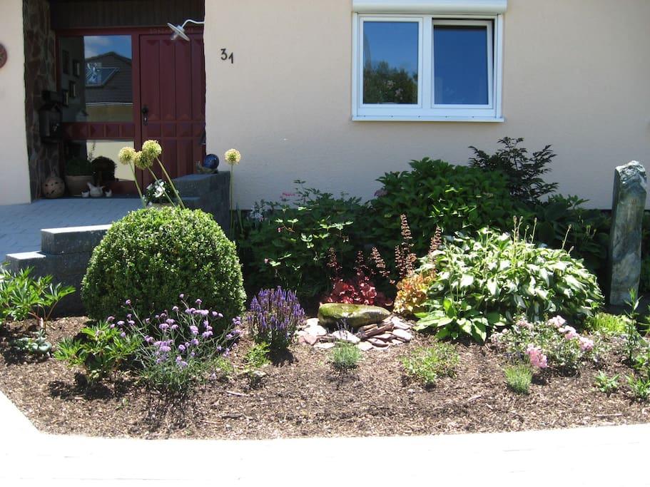 Der schöne Garten vor dem Haus