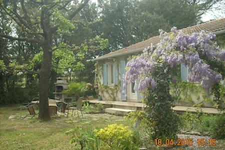 à 4 km d'Uzès (Gard) dans une villa - House