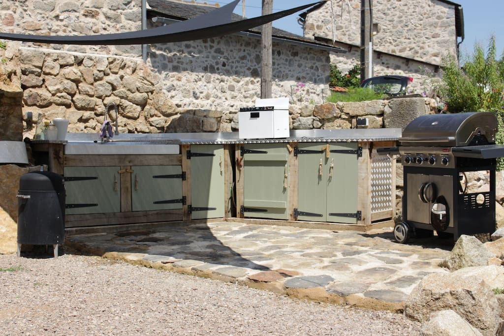 Self-sufficient summer kitchen including fridge, dish-washer and barbecue.