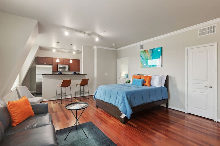 Modern + Spacious Uptown Suite + AA Center