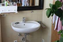 Bad Waschbecken mit großem Spiegel und Tageslicht