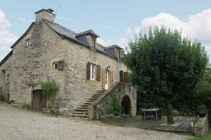 Rustic Holiday Home in Saint-Geniez-d'Olt with a Garden