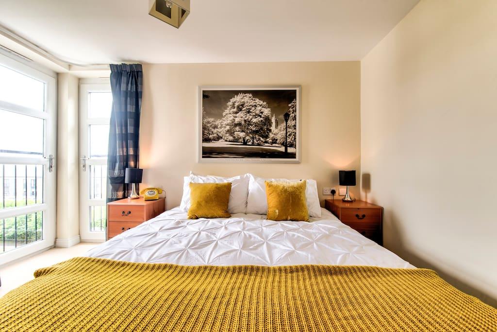 Main bedroom, kingsize bed and en-suite