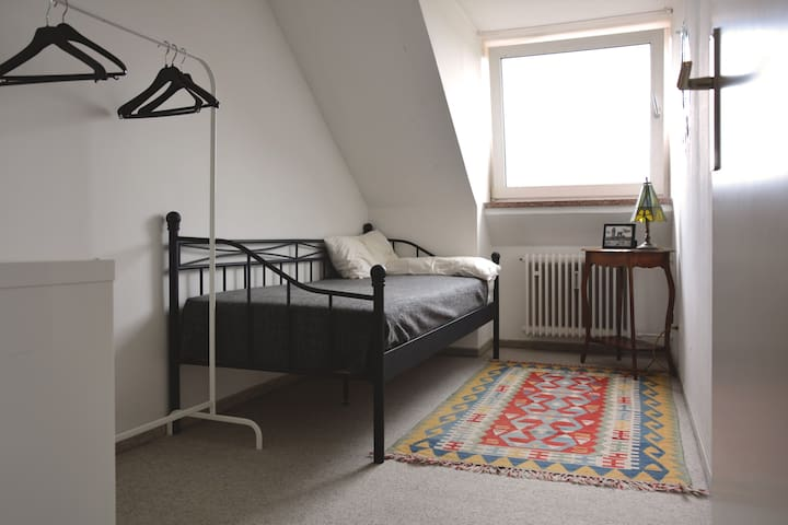 Cosy Room in Rooftop 2-Person Appartment - Munich - Leilighet