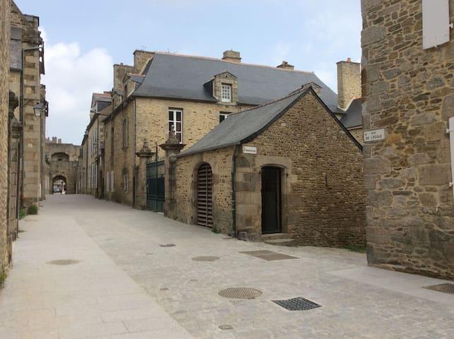 charmant 2 pièces en cœur de ville historique - Dinan - Stadswoning