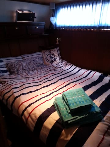 double bed, size 1,40 x 2,00 m