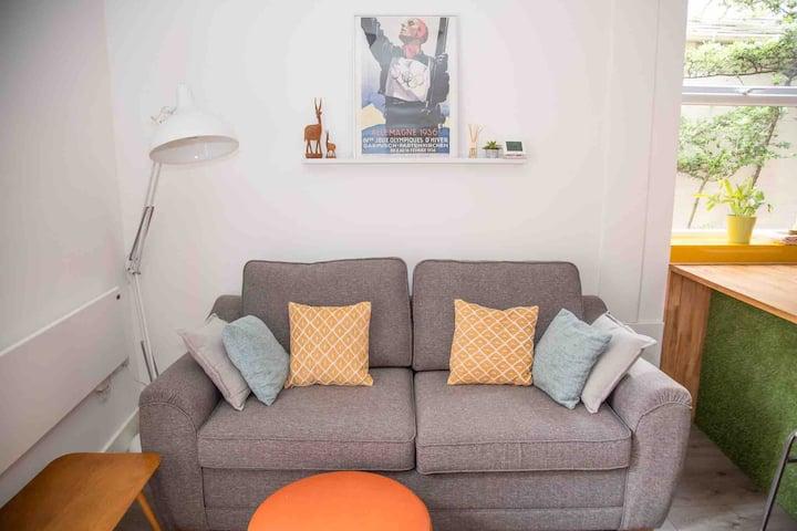 Chequer - seafront 1 bed ground floor garden flat