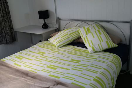The Cabin - a neat, near new, cabin with ensuite - Thames