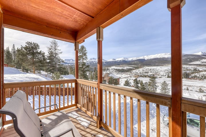Family-friendly house w/ stunning mountain views off private deck-Bus to slopes!