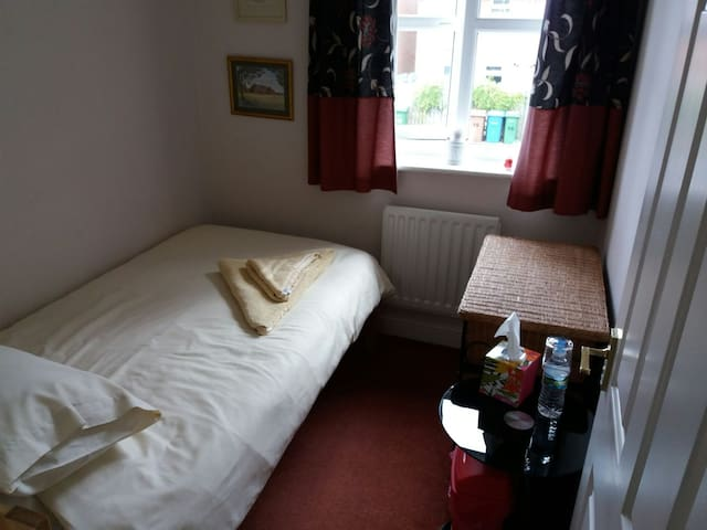 Single room in a peaceful, quiet home near to Hull