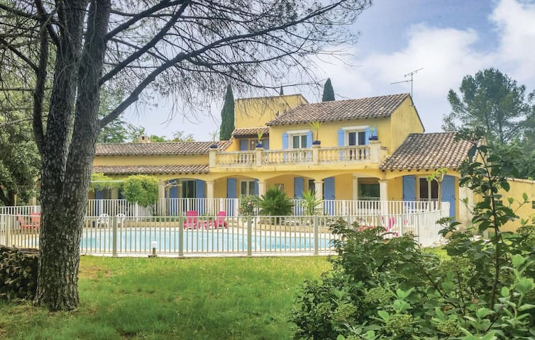 Holiday cottage with 5 bedrooms on 250 m² in Villetelle