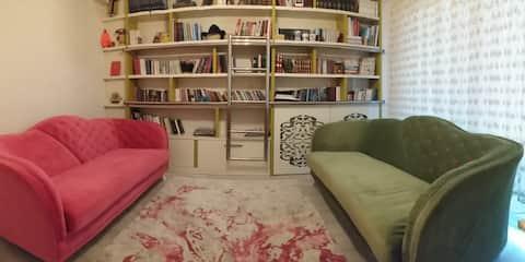 Büyüleyici bir evde ışıltılı bir oda