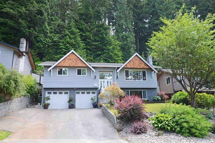 Beautiful North Vancouver home near Deep Cove - North Vancouver - House
