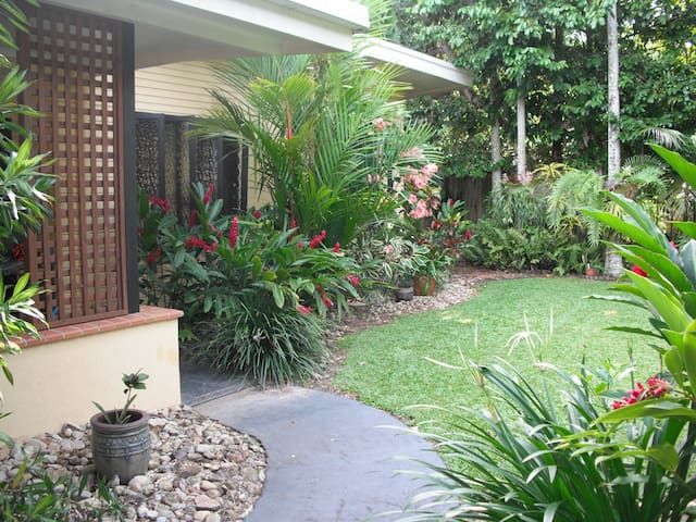 Relaxed, tropical charm, close to city - Whitfield - House