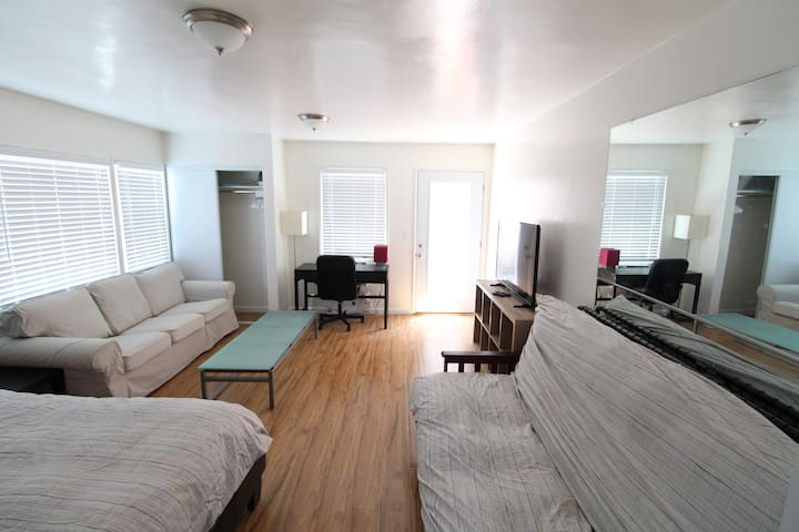 LOVELY STUDIO! Full Kitchen, AC & Private Patio!