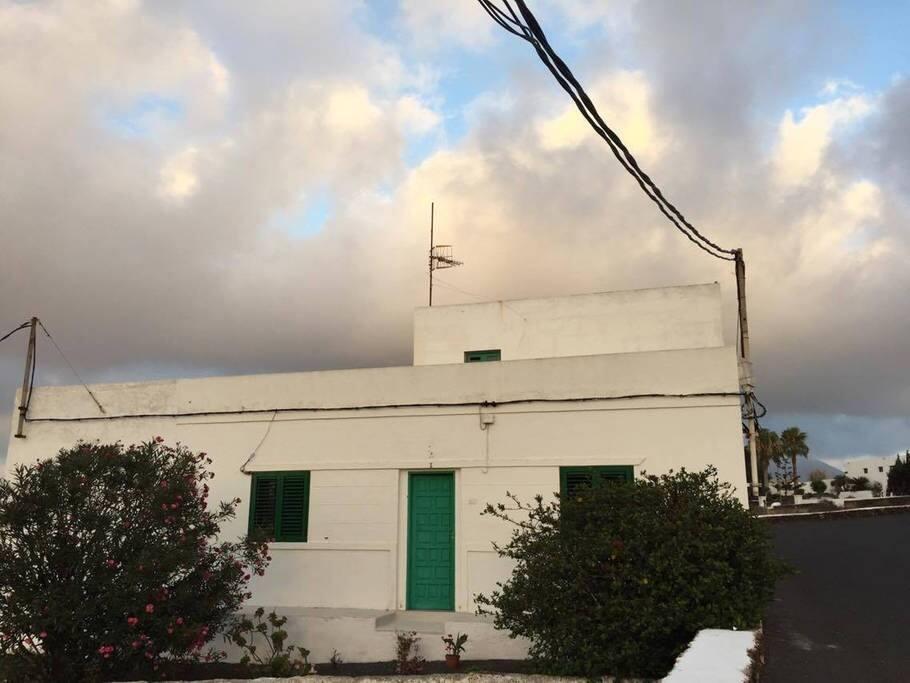 """Frente de la casa y lateral derecho la  """"calle Isa No. Tinajo (1)"""