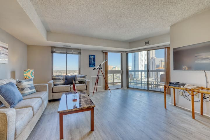Ocean view condo w/ a shared pool & balcony! Two blocks from the water!